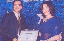 Poonam Datta presents an award to Dinesh Singh of Sharaf Shipping